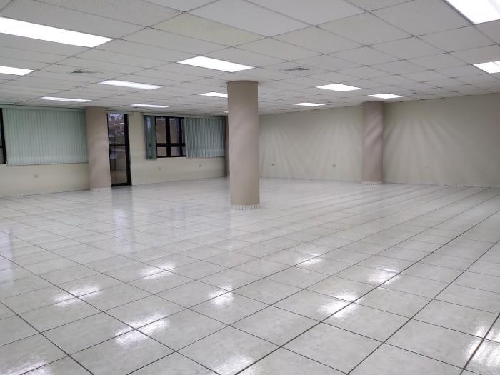 Oficina en renta con ubicación privilegiada en zona 9.