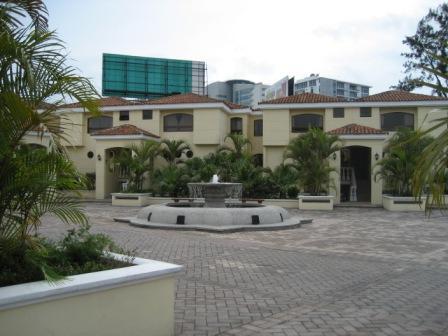 Inmobiliaria Vintage alquila Casa grande  dentro de condominio en zona  10 Diagonal 6
