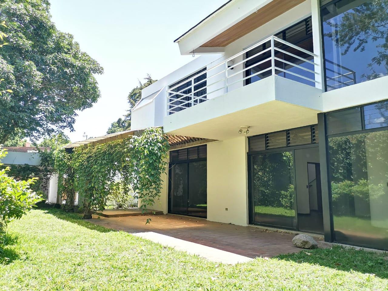 Inmobiliaria Vintage Renta Casa en pequeño y exclusivo condominio en zona 10